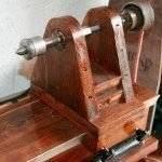Задняя бабка станка - деревянная и состоит из двух стоек