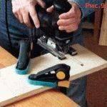 Используя дрель, лобзик или фрезер сформируйте в основаниях слоты