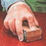 парафиновое масло и пемза смазывают поверхность